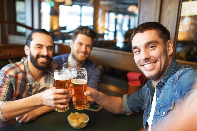 Mænd, der hænger ud med mænd, er glade. Det har forskere nu bevist. På aber.
