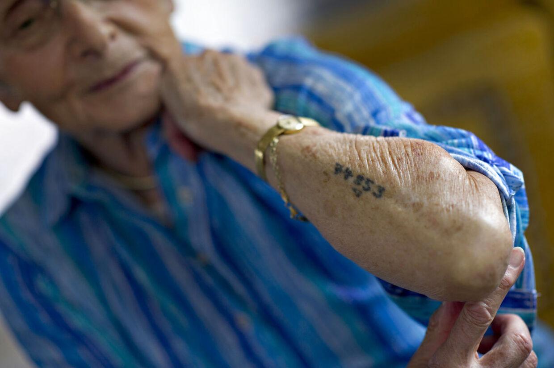 90-årige Arlette Andersen fra Fredericia er en af Auschwitz' sidste stemmer. Hendes mission er at udbrede kendskabet om rædslerne fra kz-lejren, så det aldrig gentager sig. Hun bærer stadig rundt på det fangenummer, som hun fik tatoveret i koncentrationslejren.
