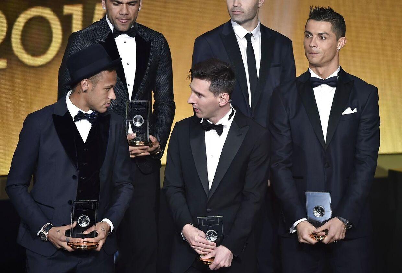Neymar og Lionel Messi i snak under Ballon d'Or-prisoverrækkelsen i Zürich. Sidste års vinder Cristiano Ronaldo nøjes med at se på.
