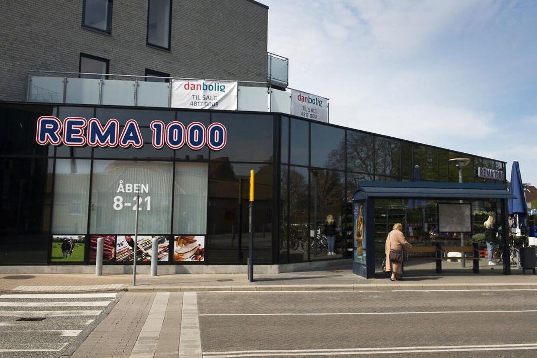 Kunder bliver mødt af lukkede døre i Rema 1000 overalt i landet på lørdag. Butikskæden har givet medarbejderne fri til at fejre fødselsdag.