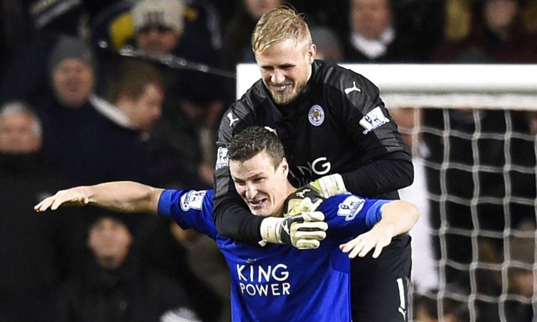 Leicesters to helte fra kampen mod Tottenham. Målmand Kasper Schmeichel hylder målscorer Robert Huth.