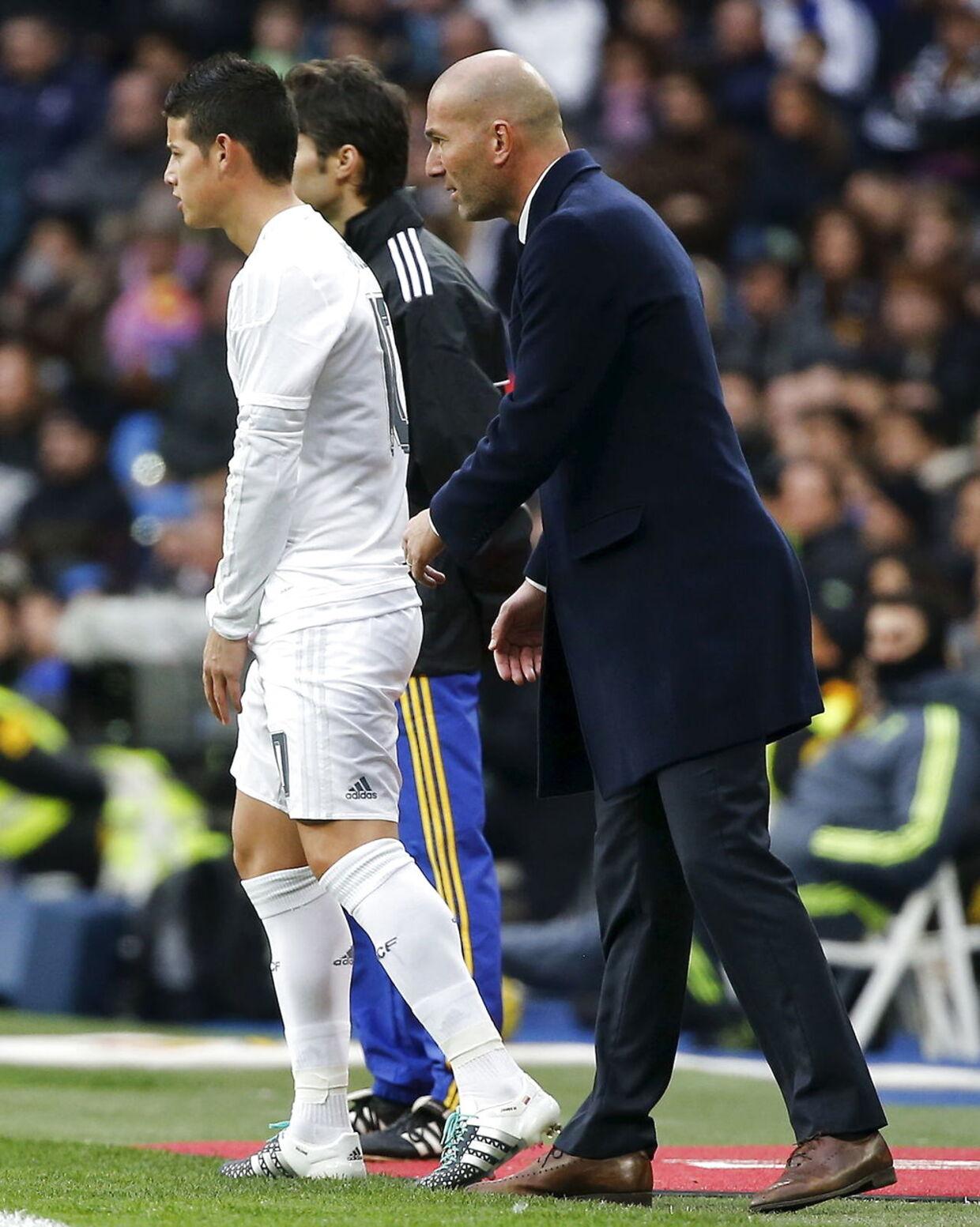 Zinedine Zidane i aktion, her med James Rodriguez.