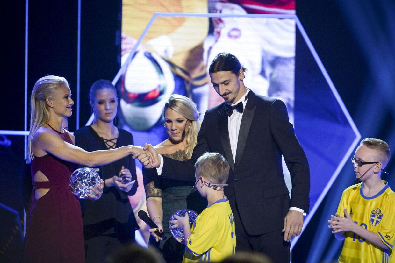 Pernille Harder og Zlatan Ibrahimovic blev mandag aften hyldet på scene til det svenske fodboldgalla.