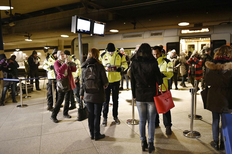 Rejsende uden gyldig legitimation vil blive nægtet indrejse i Sverige. De svenske planer om ID-kontrol trådte i kraft ved midnat natten til mandag, bl.a. på stationen under Københavns Lufthavn i Kastrup.
