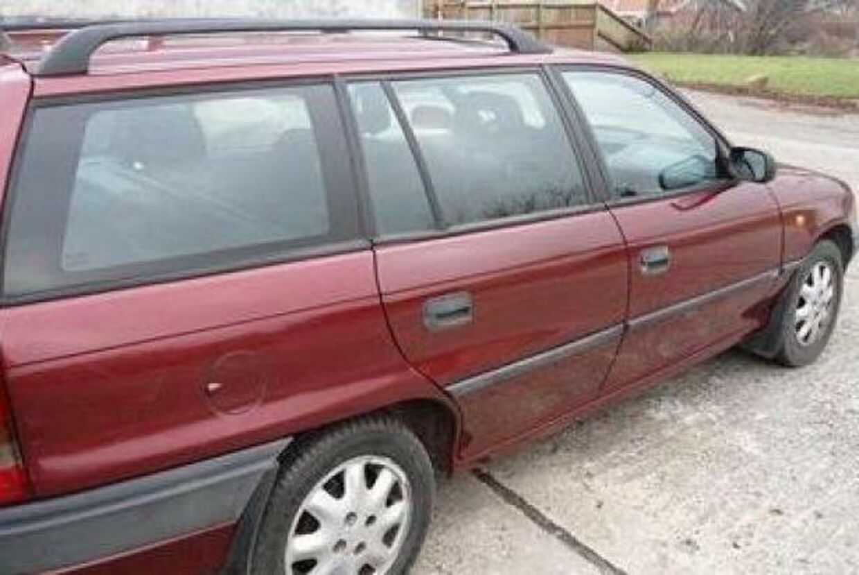 Det var en bil som denne, en bordeauxrød Opel Astra, den fynske mand kørte rundt i, da han bortførte de ti unge piger på Fyn.