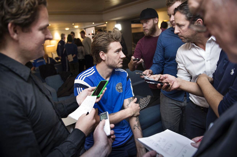 Nicklas Bendtner omringet af journalister mandag i Helsingør.