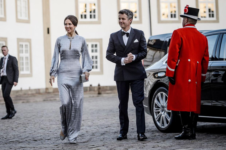 Her ankommer Kronprinsparret til den private fest på Fredensborg Slot i anledning af dronning Margrethes 75-års fødselsdag.