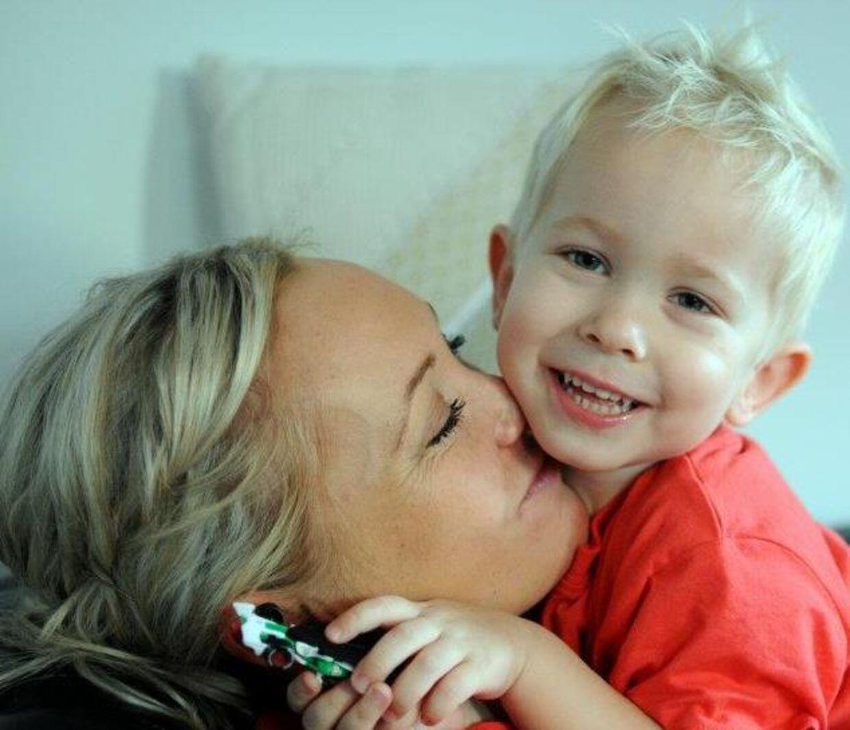 Kristina Sommerby sammen med sin femårige søn. De skal dog ikke holde jul sammen i år. I stedet har Kristina Sommerby inviteret 15 fremmede hjem til sig. Privatfoto.