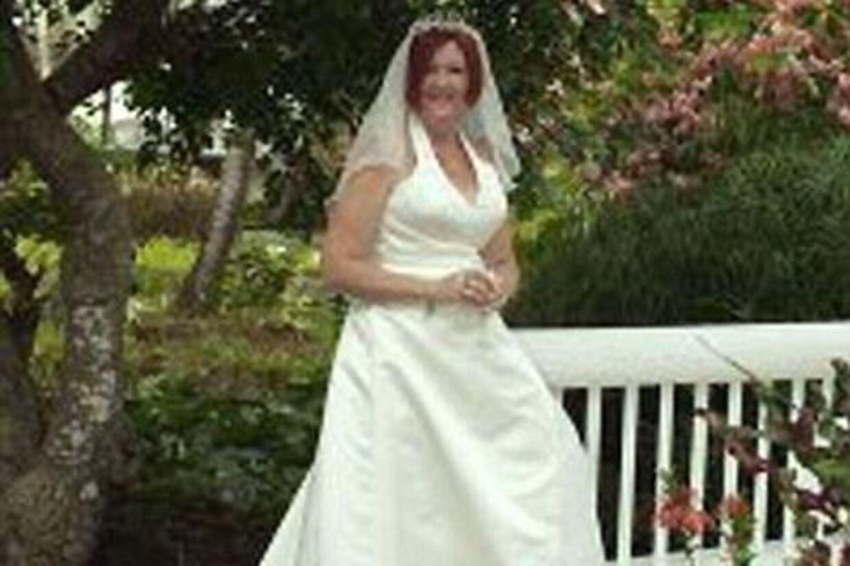 47-årige Hazel Cunningham påstod over for myndighederne, at hun var enlig forsørger. Men det var slut med at drage de økonomiske fordele af den status, da hun pludselig offentliggjorde et bryllupsbillede af sig selv på Facebook.