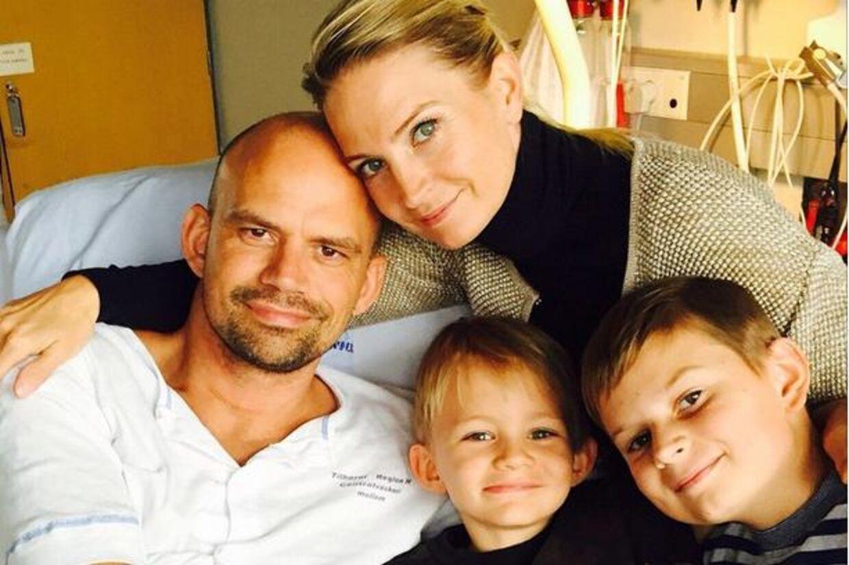 Annette Heick er her fotograferet sammen med sin mand og sine børn på Rigshospitalet.