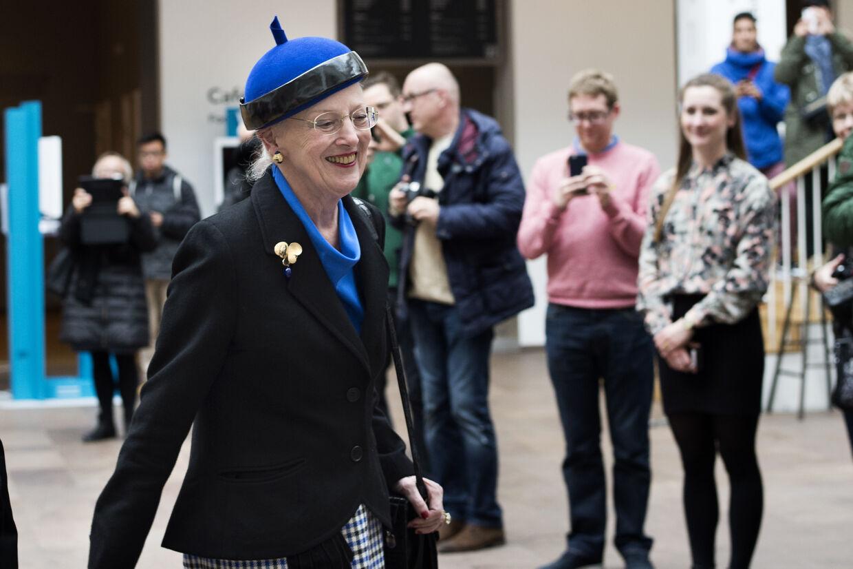 Det var en smilende, fattet men tavs dronning Margrethe, som ikke ønskede at kommentere sin mands sygdom, der forlod Nationalmuseet tidligere i eftermiddag.
