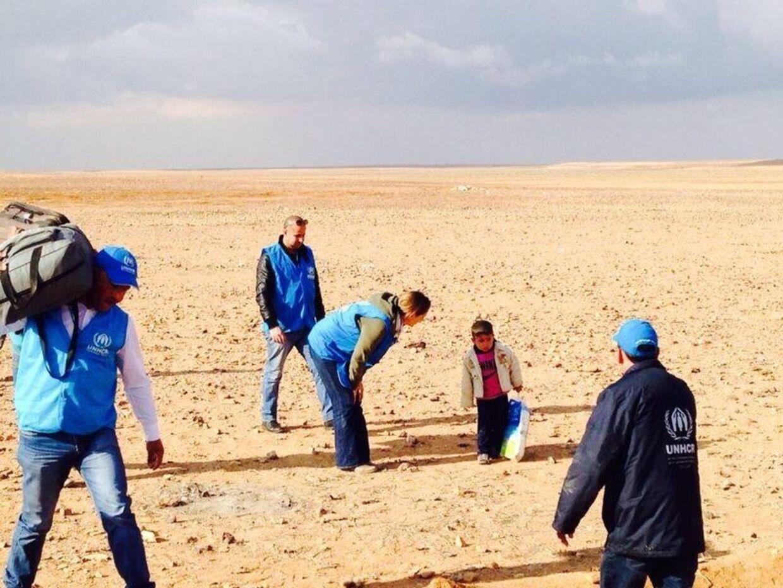 Medarbejdere fra UNHCR fik tilfældigvis øje på den blot 4-årige Marwan, da den lille fyr kom gående alene gennem den jordanske ørken. Heldigvis forlyder det nu, at drengen er blevet genforenet med sin mor.