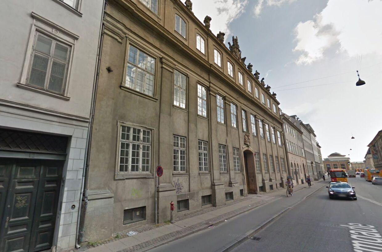 Udenfor ser Stormgade 10 muligvis ikke ud af meget, men ejendommen huser kongelig luksus.