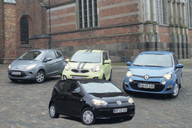 VW Up (til venstre) er udråbt til at være en af dette års vigtigste bil-nyheder. Indtil maj må vi nøjes med den tre dørs. Hér er Up linet op med de 3-dørs konkurrenter Ford Ka, Kia Picanto og Renault Twingo