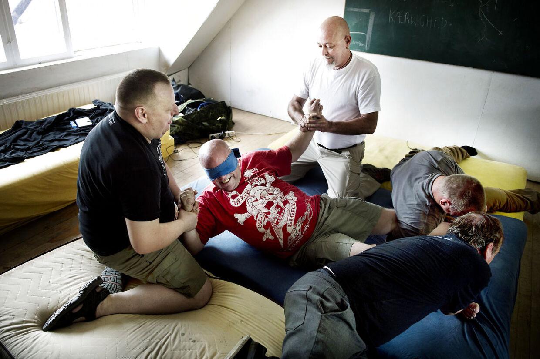 Den kontroversielle terapeut Carl-Mar Møller behandler danske krigsveteraner med posttraumatisk stresssyndrom. Thorsten er her i den røde trøje.