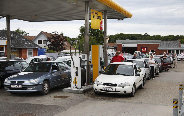 Benzin til kun én krone literen giver lange køer ved Uno-X Automat station i Ringkøbing onsdag d. 29 juni 2011. Det gode tilbud gælder kun i en time.