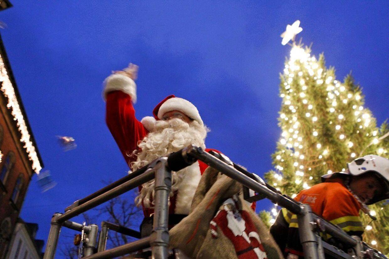 Mange julemænd får hvert år en hjælpende hånd fra brandvæsenet, når byernes juletræer skal tændes. Men nu kan det måske snart væres slut. Her ses julemanden i liften på en brandbil, da juletræet på Rådhustorvet i Randers skulle tændes.