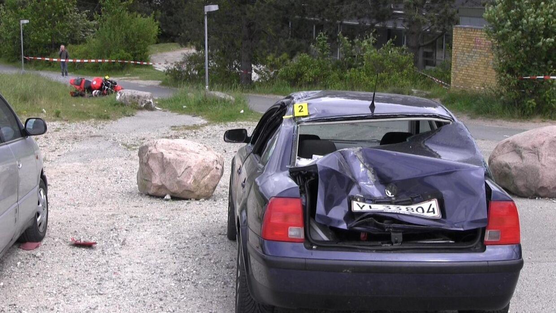 Motorcyklen endte efter en flyvetur 30 meter foran den parkerede bil, som blev kraftigt beskadiget.