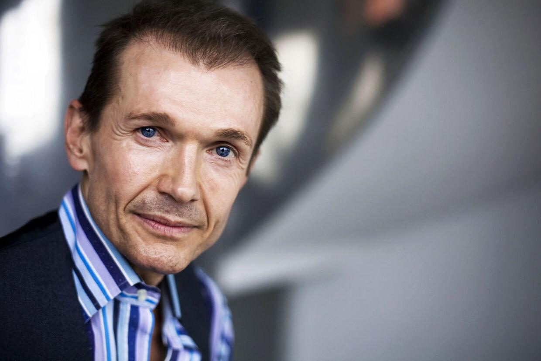 Den danske kosmetik-konge, Ole Henriksen, er den første mand nogensinde der modtager Danners Ærespris. Han får prisen for sin åbenhed om partner-vold og sit ukuelige livsmod.