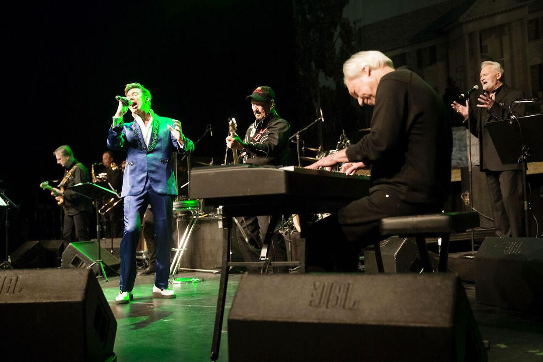 TCB - band med tre af de oprindelige medlemmer, der spillede sammen med Elvis Presley fra 68 til hans død i 77 er på afskedsturné Falconer Scenen den 7. januar 2016.