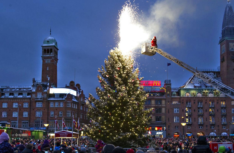 Det store juletræ på Rådhuspladsen tændes - med hjælp fra brandbil