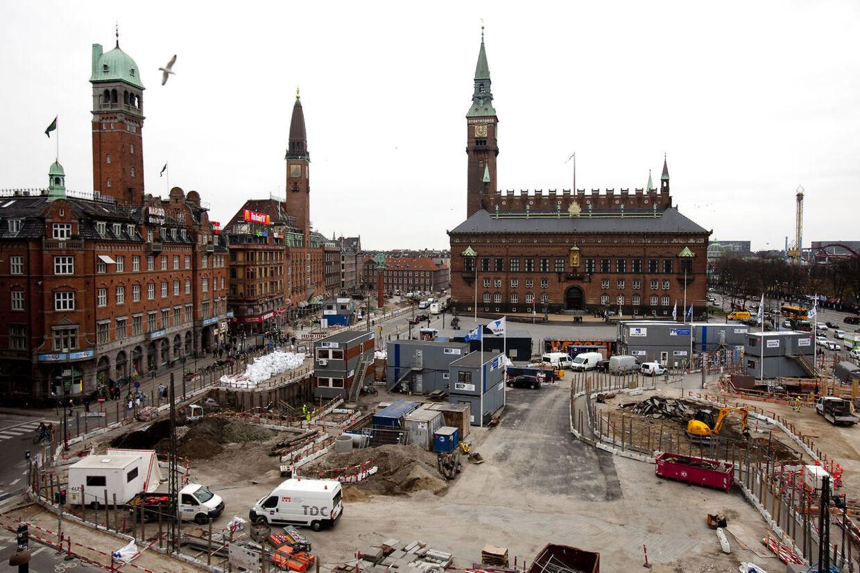Metrobyggeriet i København sætter i disse år sit præg på mange dele af den danske befolkning. Her er det Rådhuspladsen, der er brudt op.