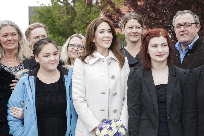 Karina (til venstre) ved siden af Kronprinsesse Mary, der opfyldte Karinas og de seks andre teenageres ønske om at få besøg af en vaskeægte prinsesse, på opholdsstedet 'Home' i Hundested, hvor de er bor, fordi deres far eller mor af forskellige årsager ikke kan tage sig af dem.