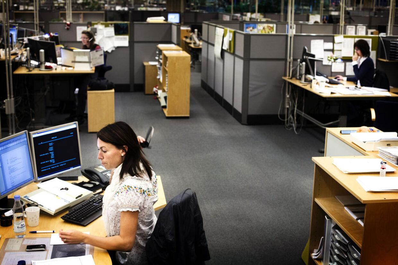 Flere og flere sidder i store kontorer og bliver generet af larm fra kolleger, men de fleste har vænnet sigtil de nye måder at arbejde på.