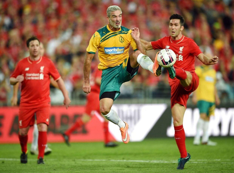 Craig Foster i aktion i legende-kampen, her mellem de tidligere Liverpool-spillere Robbie Fowler (tv.) og Luis Garcia.