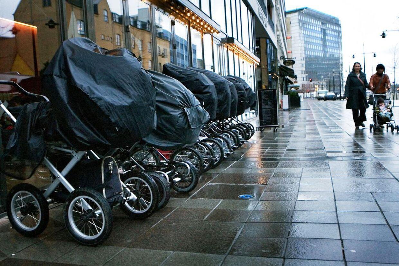 Barnevogn. ´Der var en, der var to, der var... syv barnevognet linet op foran en af Caféerne i Århus i går. Mødregruppe. Foto: Flemming Krogh