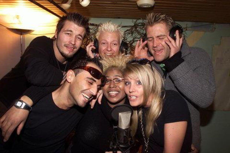 """Michael, Erkan, Nikolaj, Mona, Maria og Christian under indspilningen af """"Vi lever kun en gang"""".<br>Foto: Bent Midstrup"""