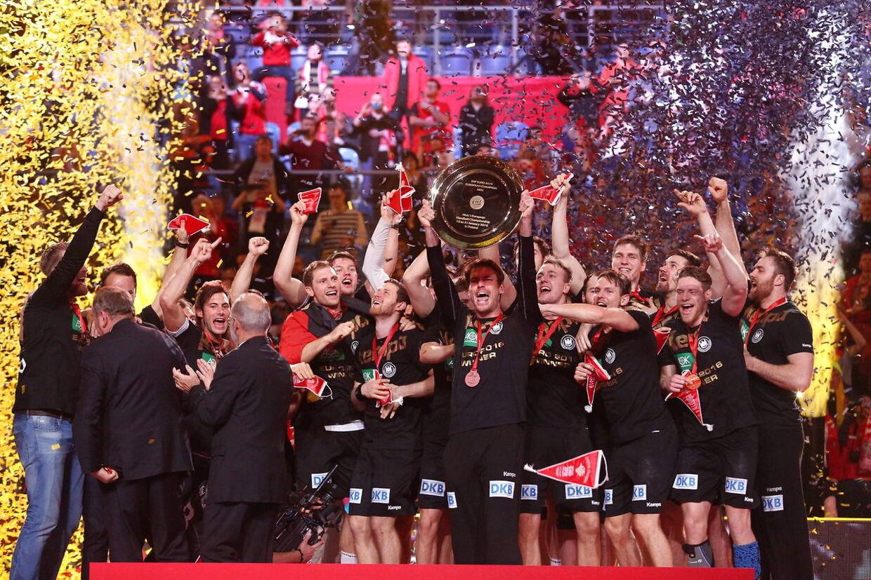 Tyskland hæver trofæet og fejrer EM-guldet efter sejren over Spanien i søndagens finale.