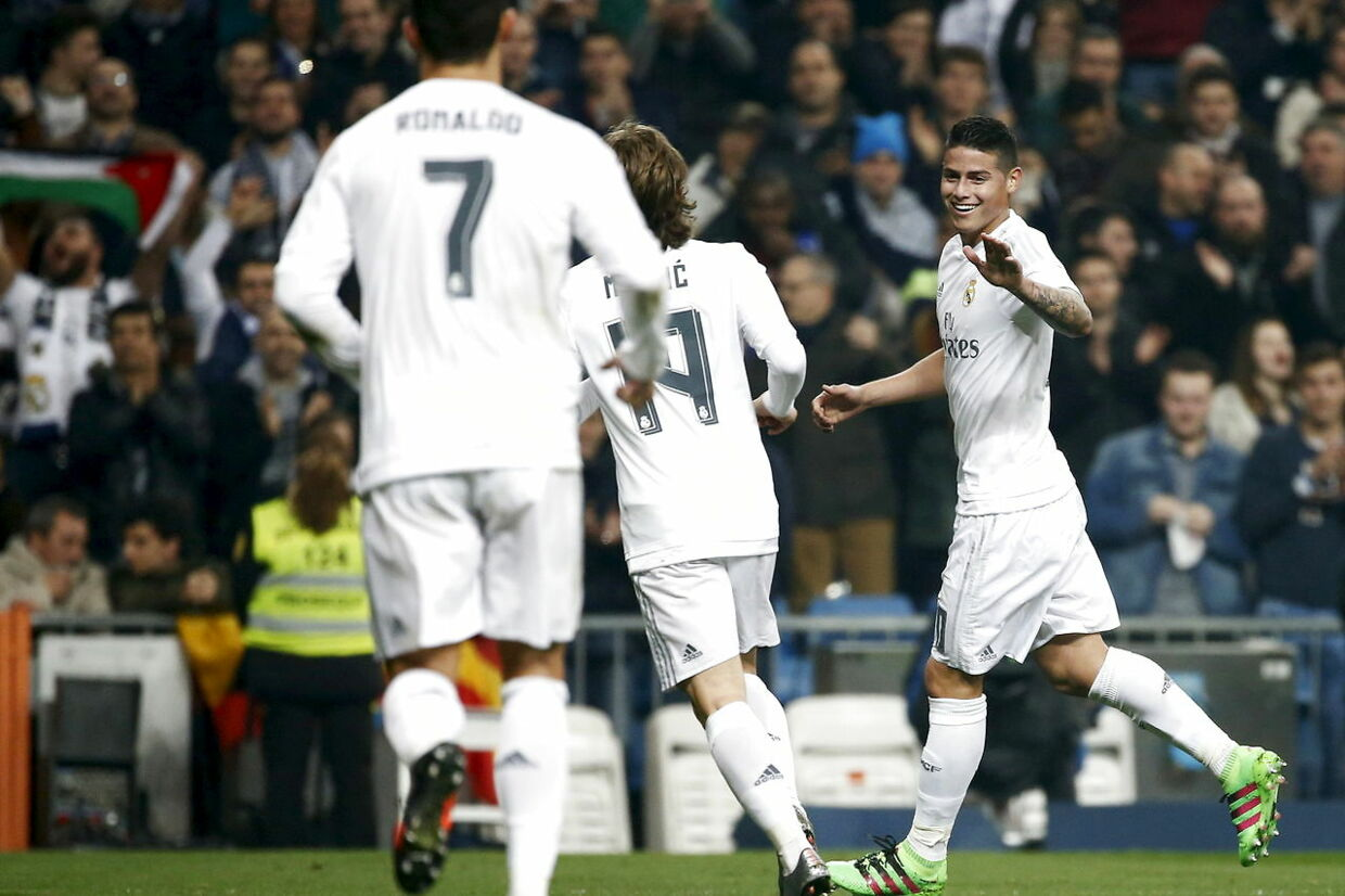 James Rodriguez fejrer sin scoring til 3-0 for Real Madrid hjemme mod Espanyol.