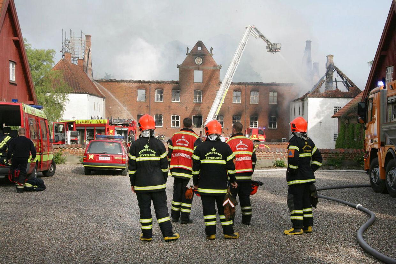 Brandfolk ved Sparresholm Gods på Sydsjælland torsdag d. 20 juni 2013.