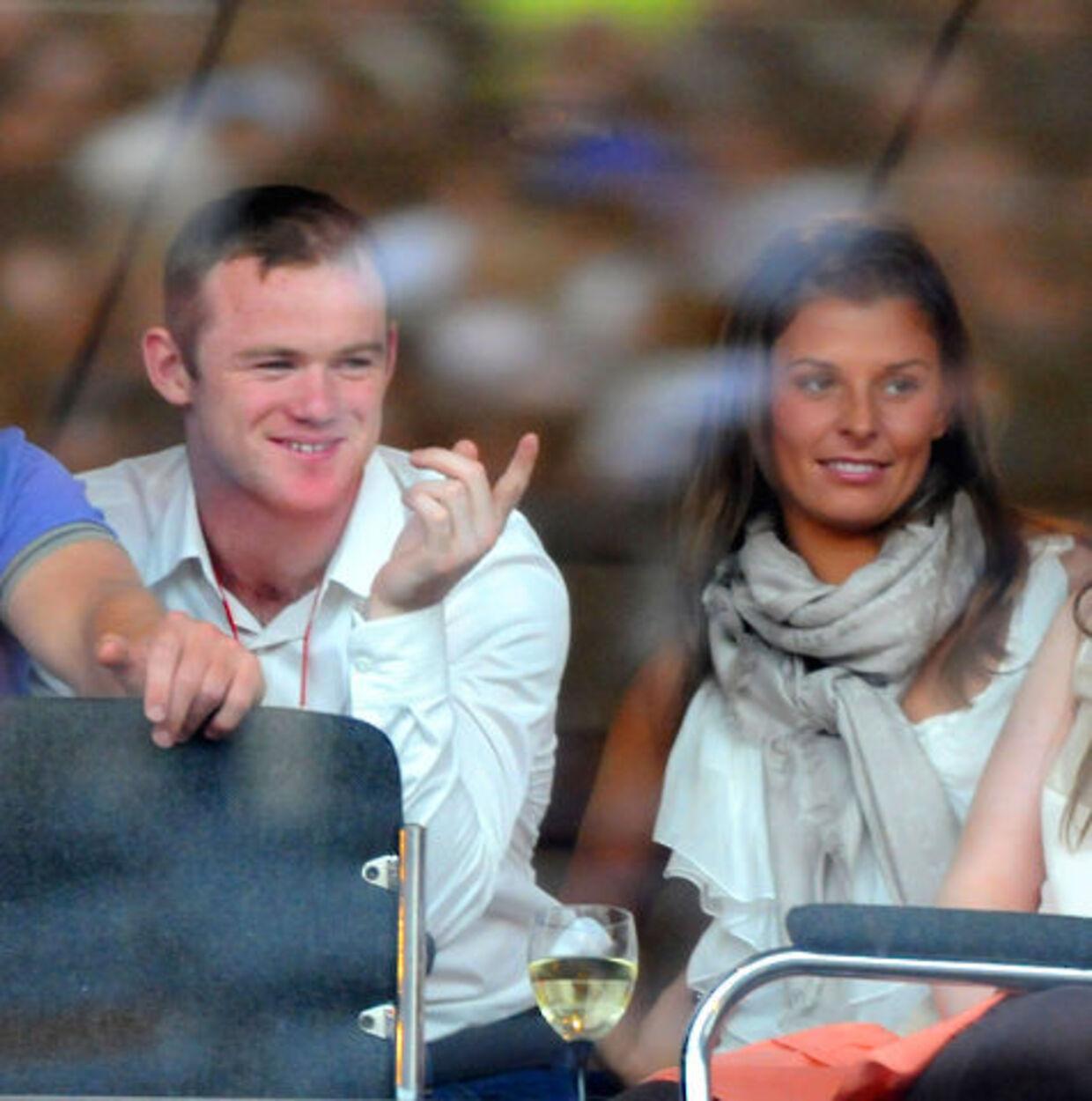 Wayne Rooney og Colleen fotograferet i dag søndag - og der er grund til at smile.