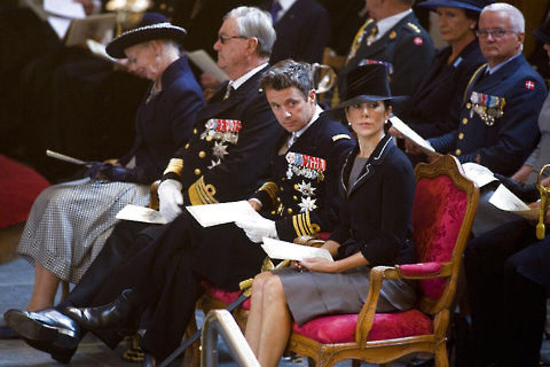 Mary og Frederik havde den alvorlige mine på, da de sammen med det officielle Danmark og pårørende til faldne soldater var til mindegudstjeneste i Holmens Kirke i København.