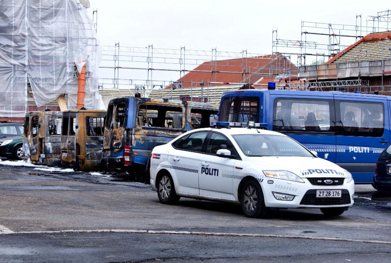 ARKIVFOTO 2010 af udbrændte politibiler ved politiskolen i Brøndbyøster - Fem unge venstreradikale er nu sigtet for forsøg på terror gennem ildspåsættelser i og omkring København. Det oplyser Københavns Politi.