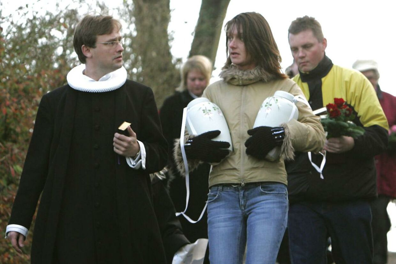 Christina Finsens to døtre blev dræbt af deres fader i i 2005. Her bærer hun deres urner til gravstedet.