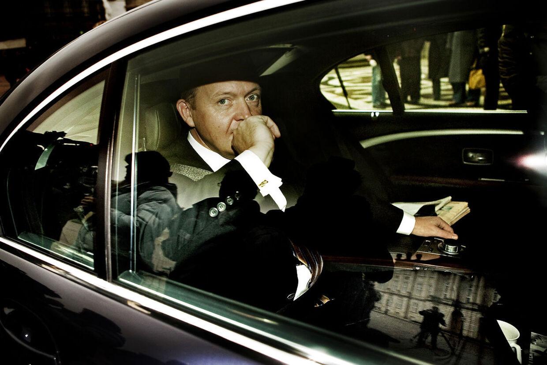 Ministerrokade: Den nye finansminister Lars Løkke Rasmussen ankommer med bil til Amalienborg.