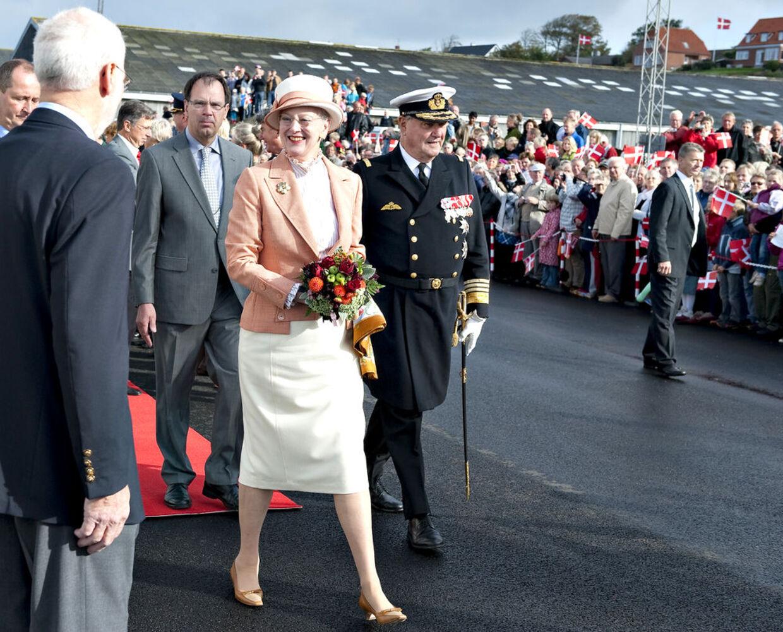 Dronningen ankom søndag formiddag til Lemvig og holder i aften en reception, hvor bl.a. Lemvigs bestseller-forfatter Jane Aamund er inviteret.