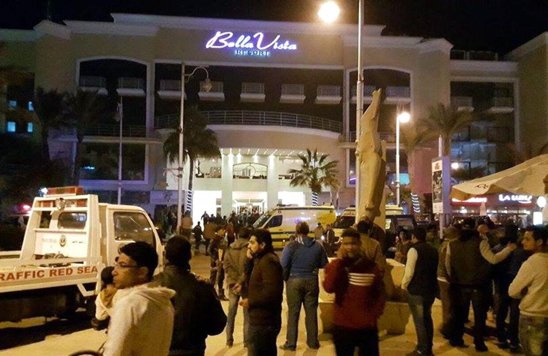 Bella Vista Hotel i den egyptiske turistby ved Rødehavet, Hurghada, blev fredag aften stormet af to bevæbnede mænd, som stormede hotel og gik til angreb på tilfældige gæster.