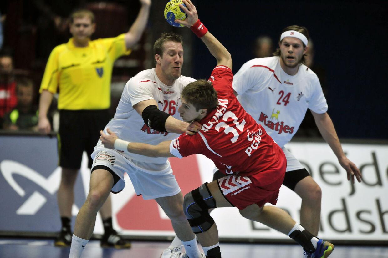 Kasper Nielsen i infight. Han var en af Danmarks højdespringere efter en solid indsats i det danske forsvar.