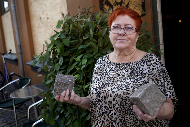 Efter Jane Pedersen fra Café Viking sidste år gik til pressen og fortalte om, at hun var blevet afpresset for beskyttelsespenge, fik hun smidt brosten igennem sine ruder.
