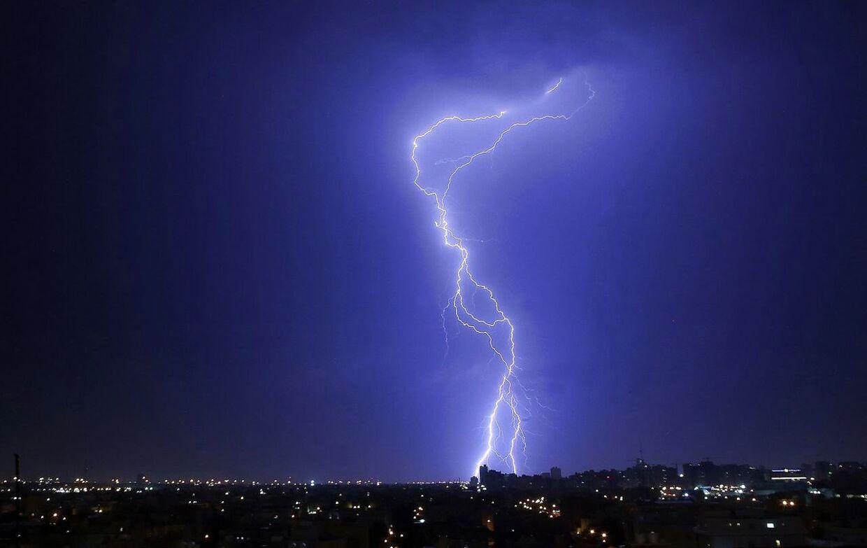Arkivfoto. Lyn slår ned ved Kuwait City - hovedstaden i Kuwait.