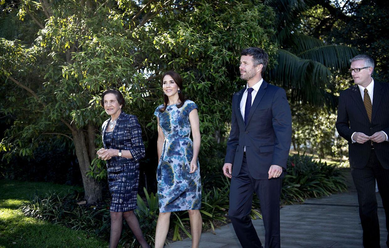 Kronprinsparret får en snak med Marie Bashir, guvernør i New South Wales og official Christopher Sullivan i parlamentets have torsdag d. 24 oktober 2013 i Sydney. Kronprinsparret er i Sydney for at fejre Operahusets 40-års jubilæum.