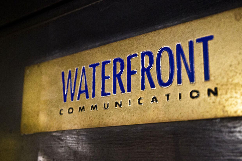 En email fra Waterfront-direktør Lars Poulsen til DSBs underdirektører, Claus Klitholm og Peder Nedergaard Nielsen afslører, at det skandale-ramte kommunikationsbureau er blevet fodret med fortrolige oplysninger af en tidligere minister.