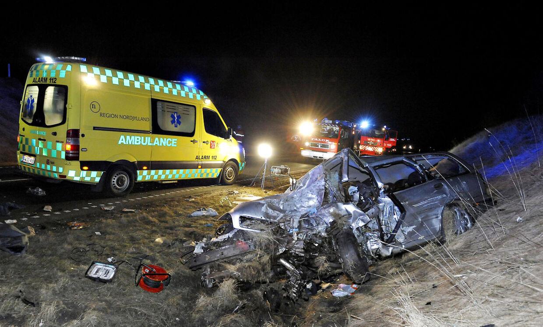 En trafikulykke søndag aften d.24. februar 2013 har kostet en polsk mand livet og kvæstet et spædbarn meget alvorligt i Nordvestjylland. En person er dræbt, og et spædbarn svæver mellem liv og død efter en meget voldsom trafikulykke ved Thisted søndag aften. Ulykken skete, da to polske mand i en bil forsøgte med en overhaling, men kolliderede direkte med en modkørende bil, hvori der sad en 22-årig mor og hendes spædbarn. (Foto: Peter Mørk/Scanpix 2013)
