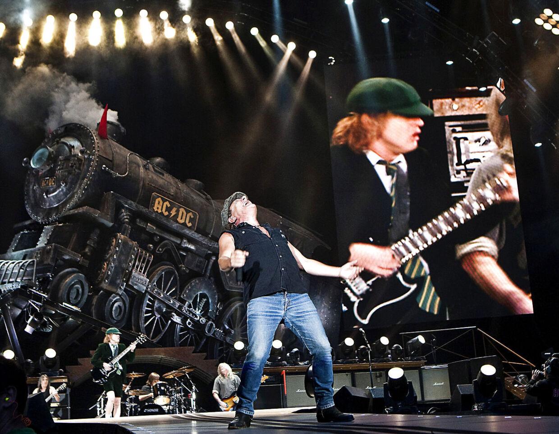 Det legendariske rockband AC/DC på scenen i Parken fredag 19. juni 2009. Malcolm Young ses helt ude yderst til venstre i billedet.