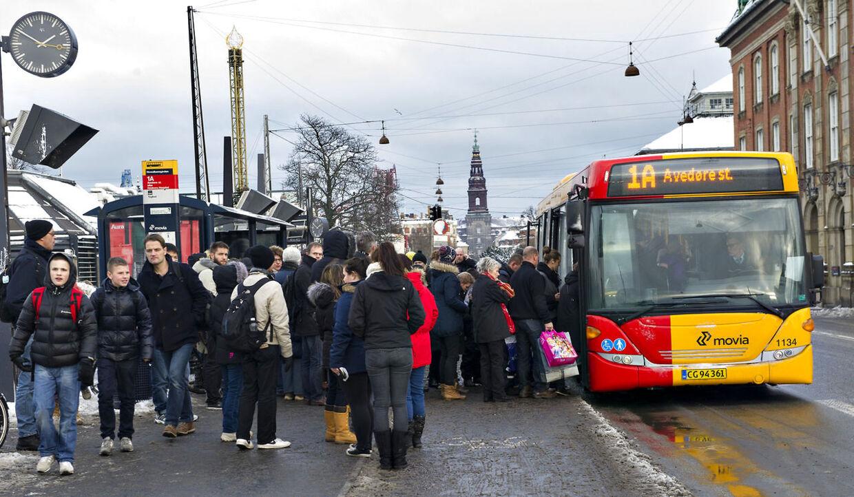 Der er kø ved busholdepladserne i København, da mange S-toge holder stille tirsdag eftermiddag d.11.december 2012 pga en teknisk fejl.