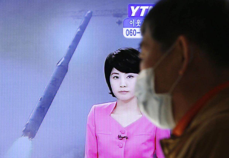Nordkorea har affyret et langtrækkende missil. Her ses misilet på koreansk tv.